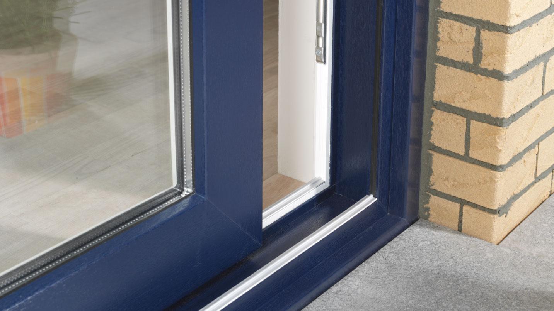 Dettaglio porta finestra in PVC, con posa in opera in muratura