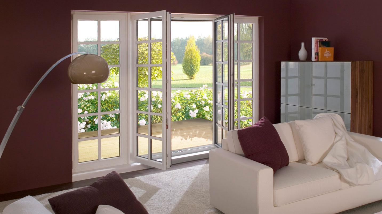 Salone con finestra panoramica con apertura su terrazzo
