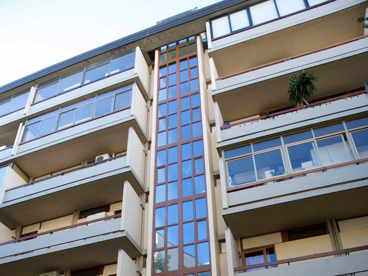 Un condominio con finestre in PVC di Finestra Italia